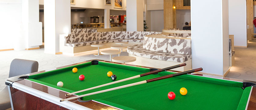 france_three-valleys-ski-area_val-thorens_hotel_club_les_arolles_pool_table.jpg